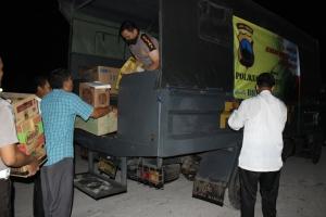 Para anggota Polres Kebumen saat mengangkut bahan bantuan korban bencana merapi pada Sabtu malam di Mapolres Kebumen