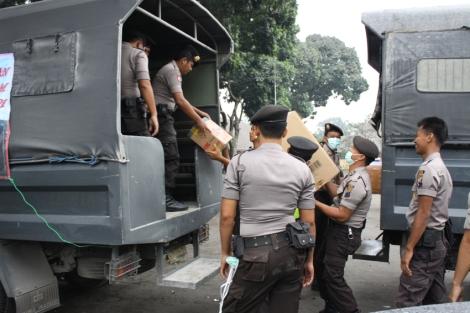 Bantuan Polres Kebumen ketika diterima oleh para Petugas di Posko Bantuan Bencana Merapi di Mapolres Magelang pada Minggu pagi