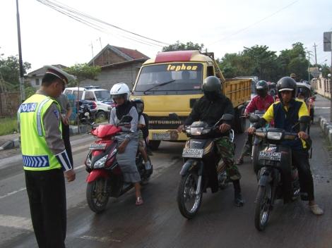 Para pengguna jalan mengheningkan cipta selama 1 menit dipandu oleh petugas ( Iptu Joko Maryono ) pada peringatan Hari Pahlawan 10 November 2010