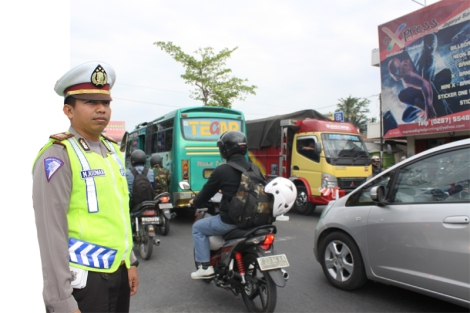 Kasat Lantas Kebumen AKP. M. Ridwan saat memantau arus lalu lintas di Karanganyar tadi siang
