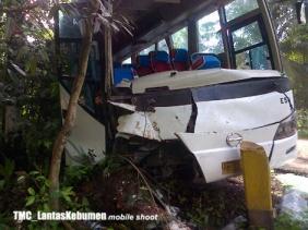 Kondisi Bus KARYA JASA sesaat setelah kecelakaan
