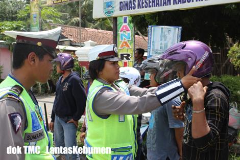 Pembagian helm gratis oleh Sat Lantas Polres Kebumen