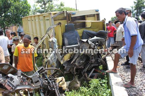 RINGSEK - kondisi truk setelah tertabrak kereta api dan jadi tontonan warga sekitar