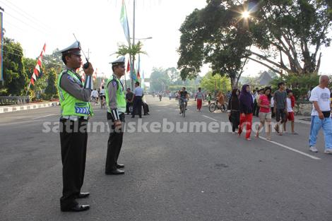 Anggota Sat Lantas Kebumen melakukan pengamanan Car Free Day di Alun - Alun Kebumen