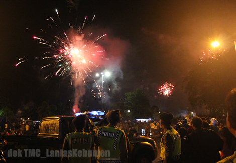 Pesta kembang api saat perayaan malam perayaan tahun baru 2013 di Alun - Alun Kebumen tadi malam
