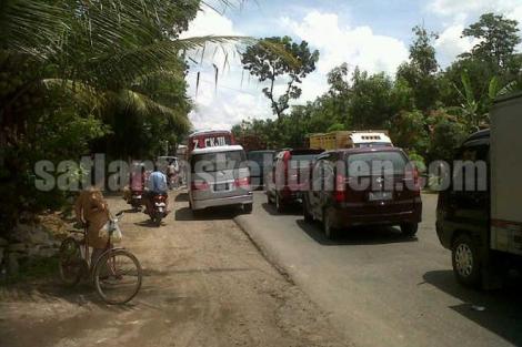 PADAT - antrian kendaraan di jalan raya Kutowinangun menuju arah Kebumen siang tadi