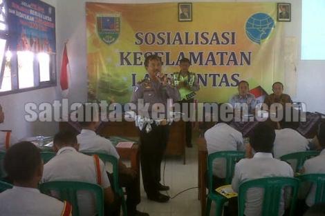 KBO Lantas Iptu Joko Maryono, SH saat memberikan binluh kepada pelajar SMKN 1 Puring
