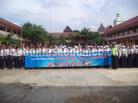 KOMPAK - Para pelajar SMP N 3 Kebumen menyerukan yel Pelopor Keselamatan Lalu Lintas di dampingi Kanit Dikyasa Aiptu Jono Kirjo