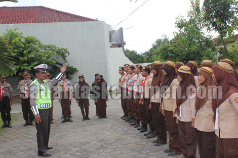 Aiptu Jono Kirjo saat memberikan pengarahan pada anggota Saka Bhayangkara Gombong