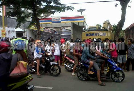 AMBRUK - Atap Indomaret yang ambruk jadi tontonan warga