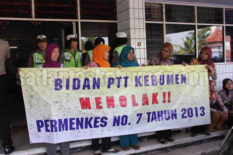 Aksi Bidan PTT di Gedung DPRD Kebumen