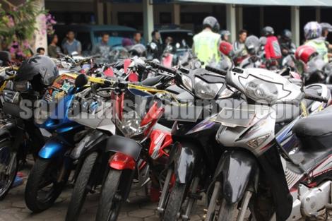 Deretan barang bukti kecelakaan sepeda motor di Mako Zebra Kebumen