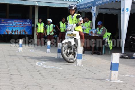 Uji praktek SIM oleh salah satu pelajar SMA Negeri 2 Kebumen