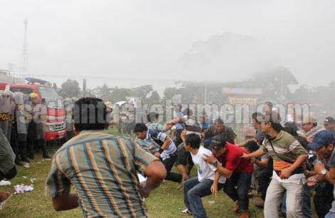 HALAU MASSA - Water canon menghalau massa pengunjuk rasa pada simulasi pengamanan pilgub jateng 2013 di alun-alun kebumen