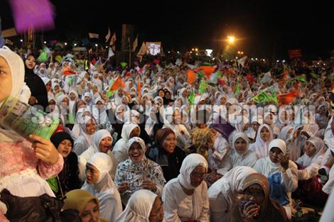 PADAT - warga masyarakat yang memadati acara Kebumen Bersholawat di alun -alun Kebumen