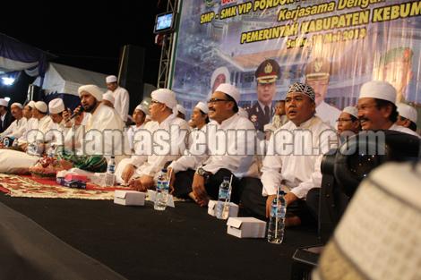 Kapolres Kebumen AKBP Heru Trisasono SIK. MSi bersama para Muspida hadir dalam acara Kebumen Besholawat bersama Habib Syech