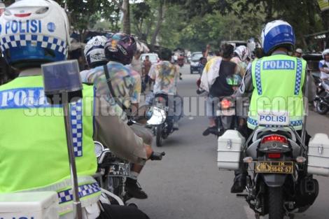 DIGIRING - Petugas menggiring peserta konvoi pelajar