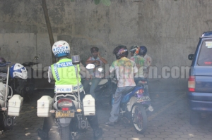 DIAMANKAN - Para pelajar yang berkonvoi berhasil diamankan petugas