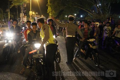 DITINDAK - para pengendara motor yang tidak menggunakan helm diamankan petugas tadi malam