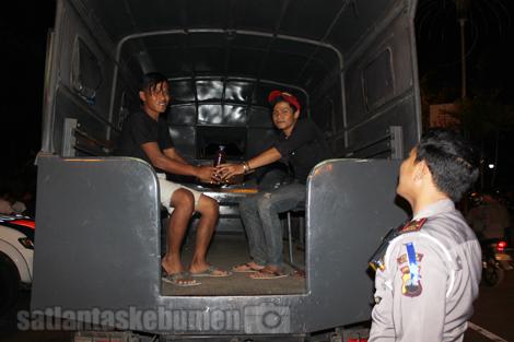 Petugas juga berhasil mengamankan pengguna jalan yang membawa miras