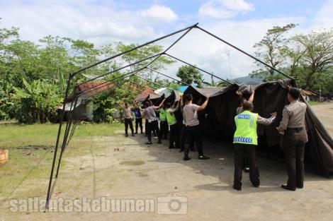 Para Anggota Sat Lantas Polres Kebumenmendirikan tenda untuk Rest Area