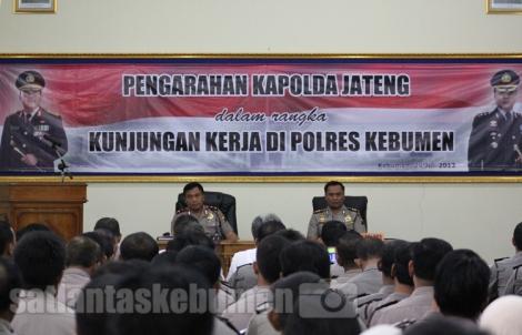 Kapolda Jateng saat memberikan arahan di depan jajaran Polres Kebumen